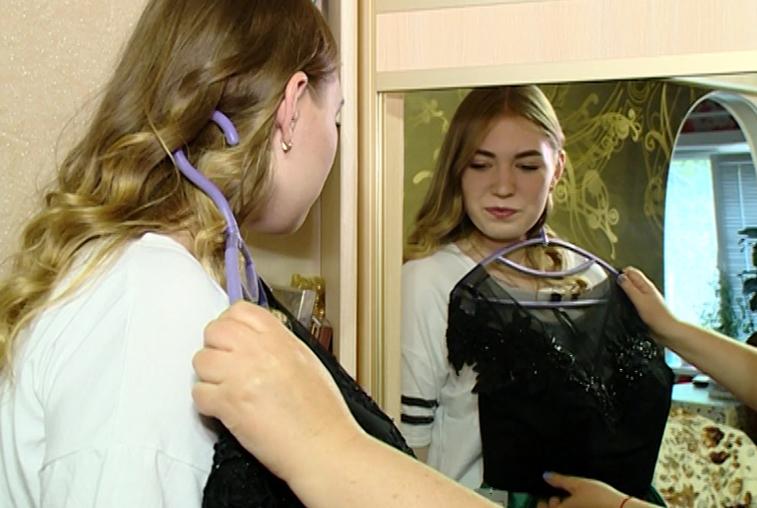 Платье цвета марсала и макияж в стиле нюд: амурские школьницы готовятся к выпускным балам