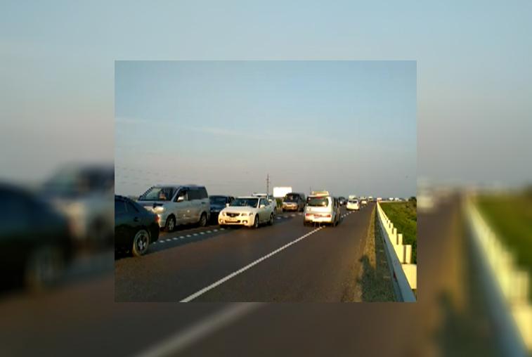 Пробку на въезде в Благовещенск водители объезжали по встречной полосе