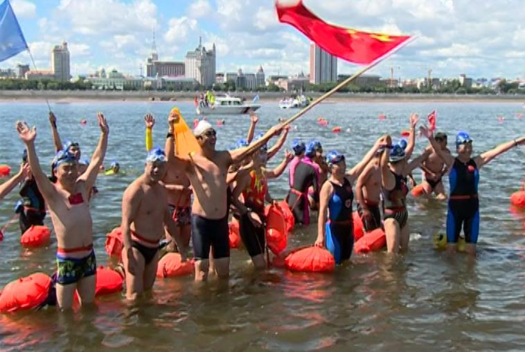 Юбилейный заплыв «Дружба» объединил 300 участников из России и Китая