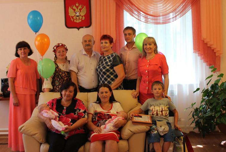 Двойняшек и их родителей чествовали в Мазановском районе