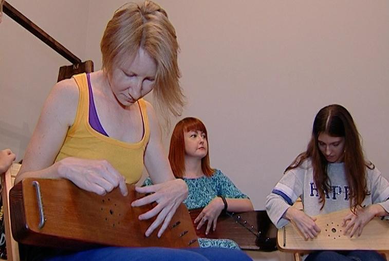 Благовещенцев научили играть на старинном музыкальном инструменте