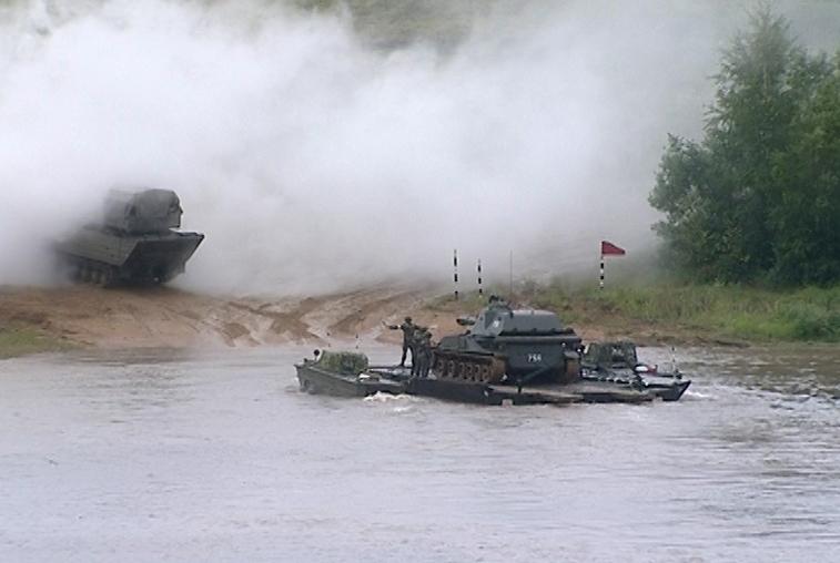 Амурские мотострелки форсировали водную преграду