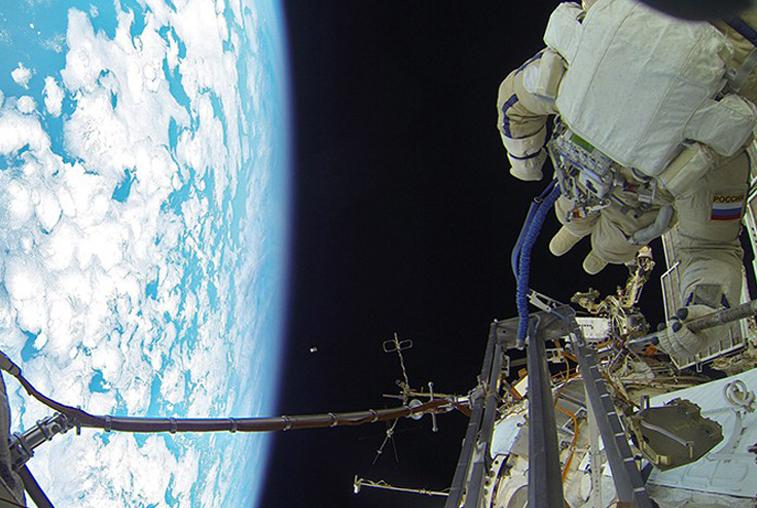 Российские космонавты протестировали новый скафандр в открытом космосе