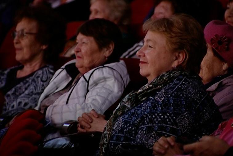Около тысячи амурских пенсионеров собрались на концерт ко Дню пожилого человека