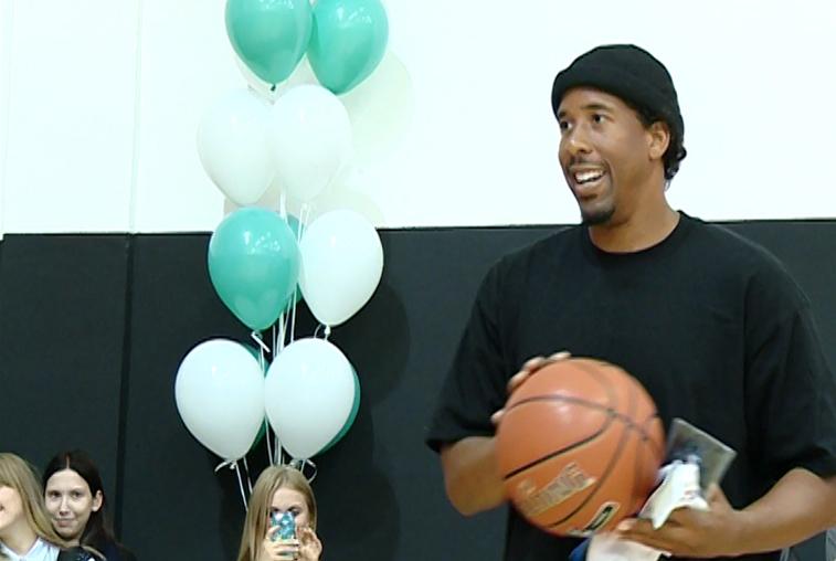 На открытие современной баскетбольной площадки в Благовещенске приехал игрок НБА