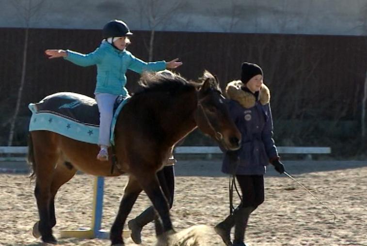 Дети с ограничениями по здоровью поучаствовали в конных соревнованиях
