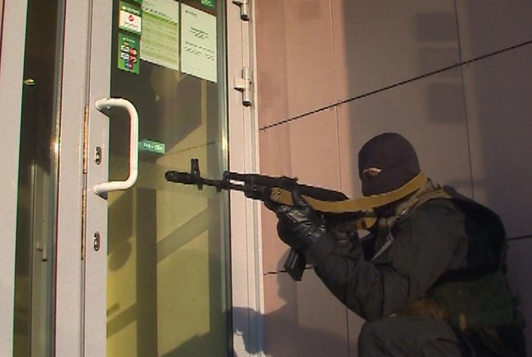 Силовики обезвредили условных террористов в одном из банков Благовещенска