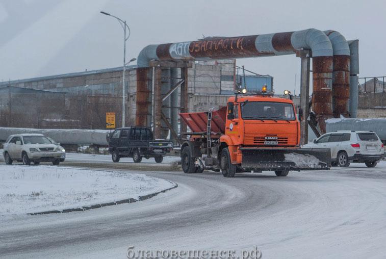 Дорожники: очистка только магистральных улиц Благовещенска от снега займет двое-трое суток