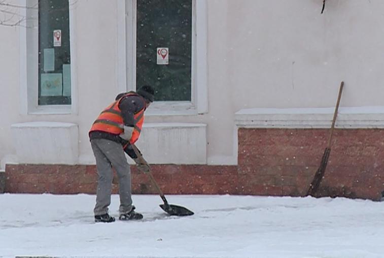 Власти проконтролируют работу управляющих компаний по уборке дворов от снега