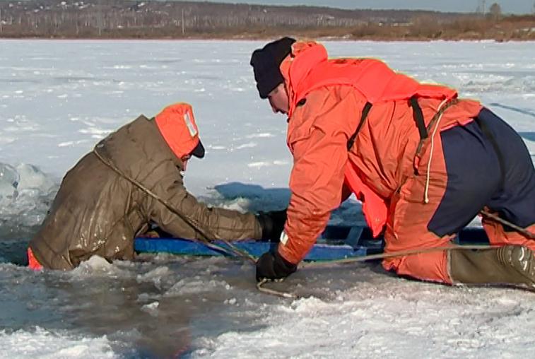 Благовещенские спасатели провели мастер-класс по спасению из-подо льда