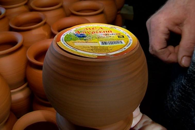 Гончар Сергей Гуцан изготовил фирменные горшочки для амурского меда