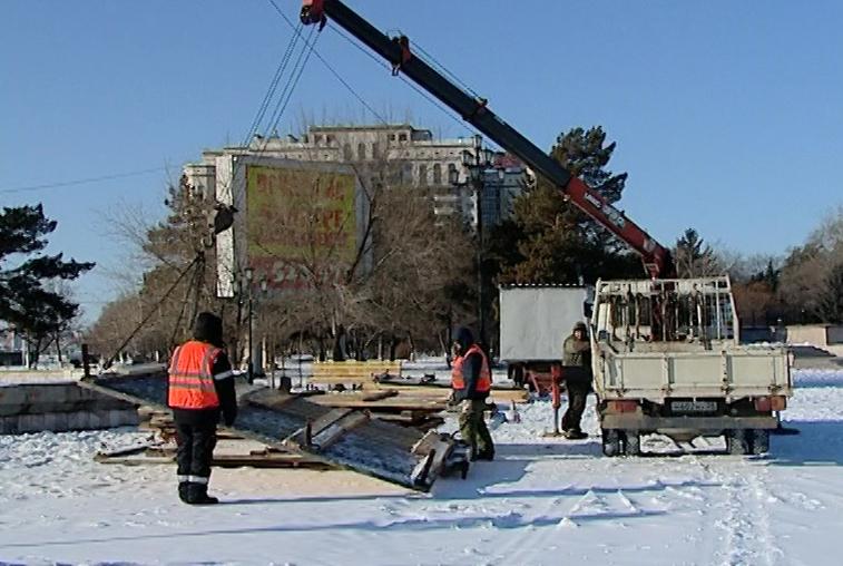 На центральной площади Благовещенска начался монтаж новогоднего городка
