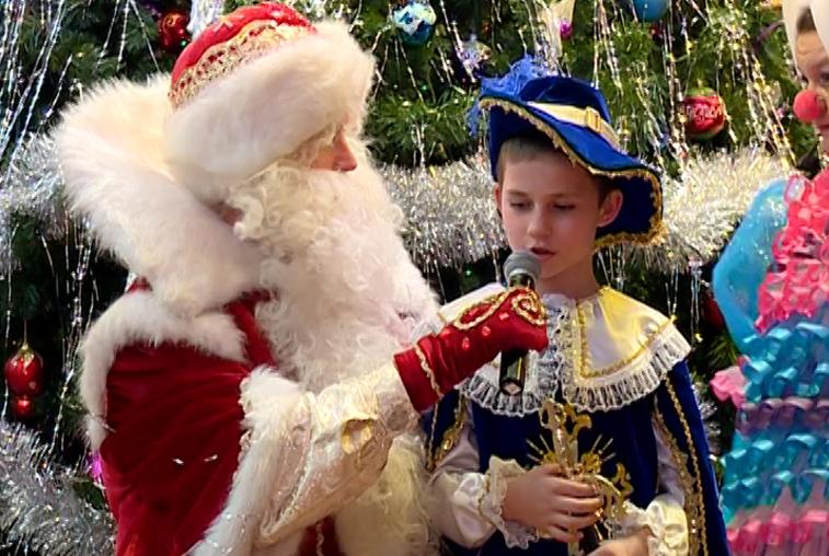 Воспитанники детдомов отметили наступающий Новый год в хороводе с Дедом Морозом