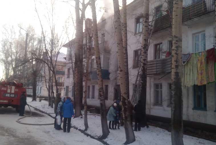 Пожарные спасли четверых детей из горящего дома в Серышево