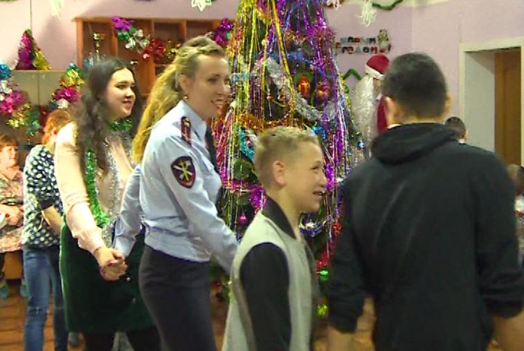 Полицейский Дед Мороз поздравил воспитанников детского дома в Константиновке