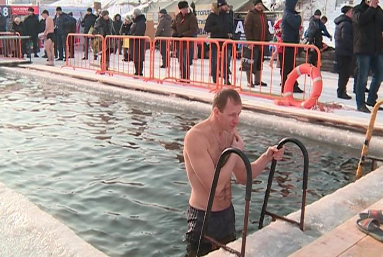 Благовещенцы окунулись с головой в крещенскую воду