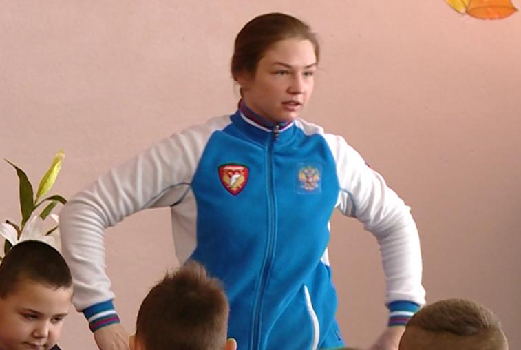 «Зарядка с чемпионом»: благовещенская спортсменка проводит уроки для школьников