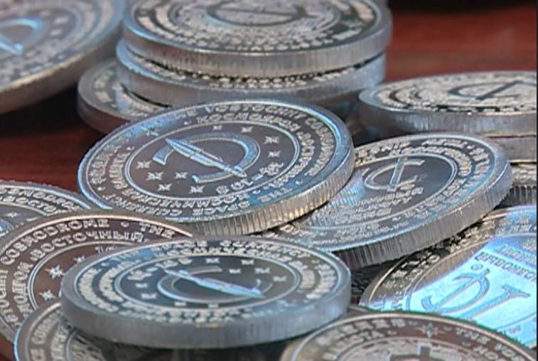 Циолковые: в Приамурье отчеканили монеты из обшивки ступени ракеты