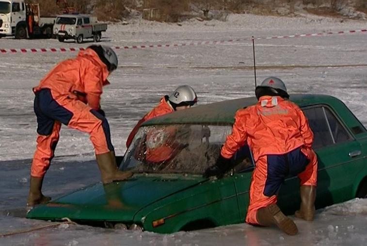 Тренировку по спасению пострадавшего из утонувшей машины провели в Благовещенске