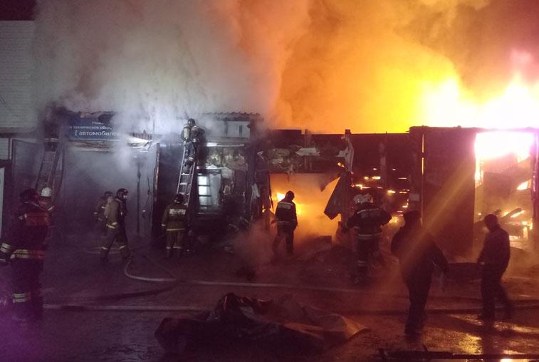 Сильный пожар уничтожил ремонтный бокс в Чигирях