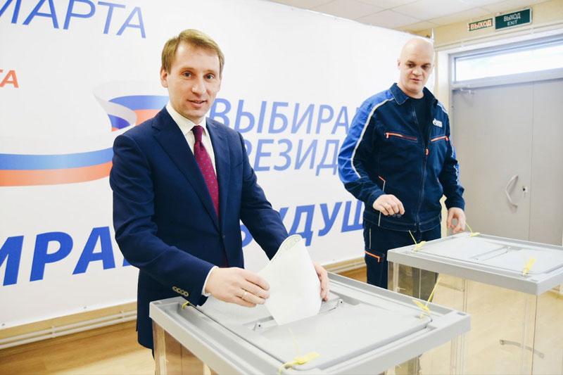 Губернатор Приамурья проголосовал на избирательном участке газоперерабатывающего завода