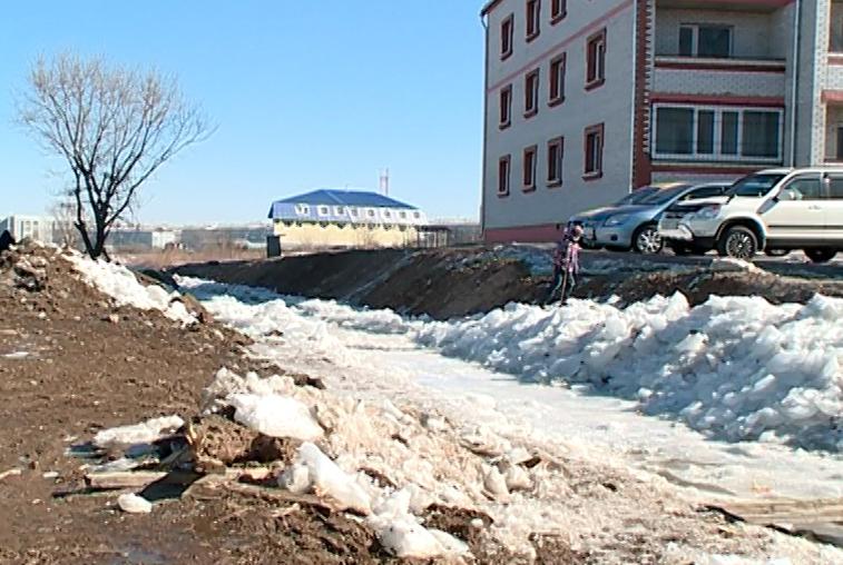 Состояние водоотводного канала на границе Благовещенска и района проверила комиссия по ЧС