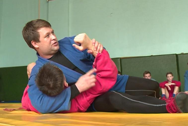 Амурские учителя физкультуры осваивают приемы самообороны