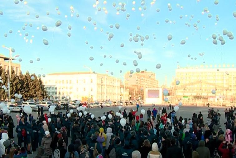 Благовещенцы запустили белые шары в память о погибших в Кемерове