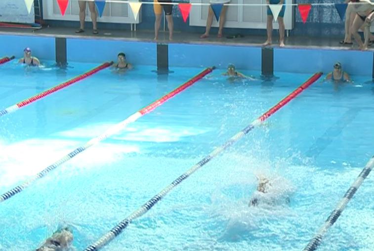 Трудовые коллективы Благовещенска соревновались в плавании