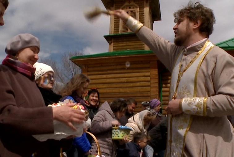В амурских храмах освящают куличи и крашеные яйца