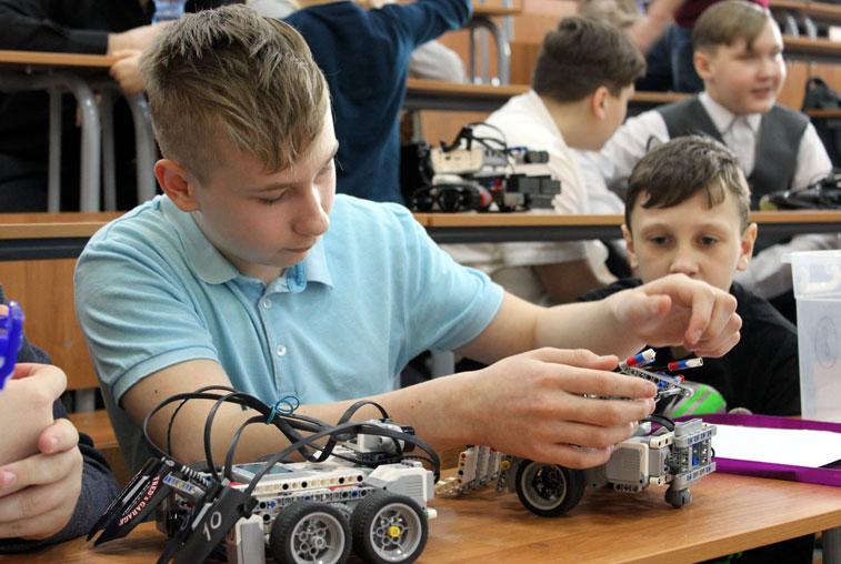 На соревнованиях в АмГУ школьники показали, на что способны их роботы-сумоисты