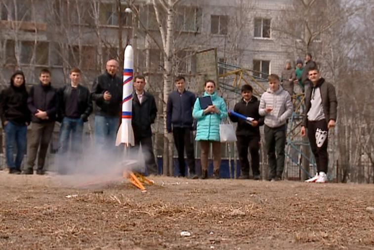Благовещенские школьники запустили в небо модели ракет