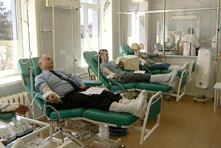 В преддверии Дня донора крови станции переливания приняли добровольцев