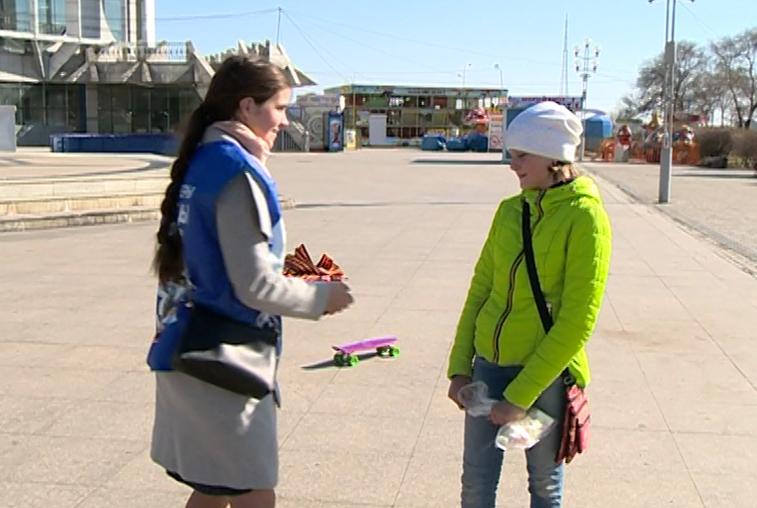 Волонтёры напомнили благовещенцам, как правильно носить георгиевские ленточки