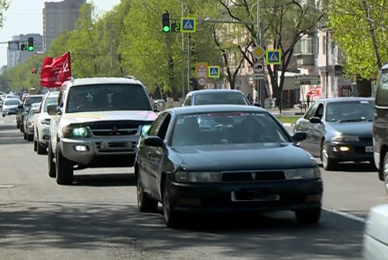 «По машинам!… Мы помним!»: автомобилисты Благовещенска проехали колонной в День Победы