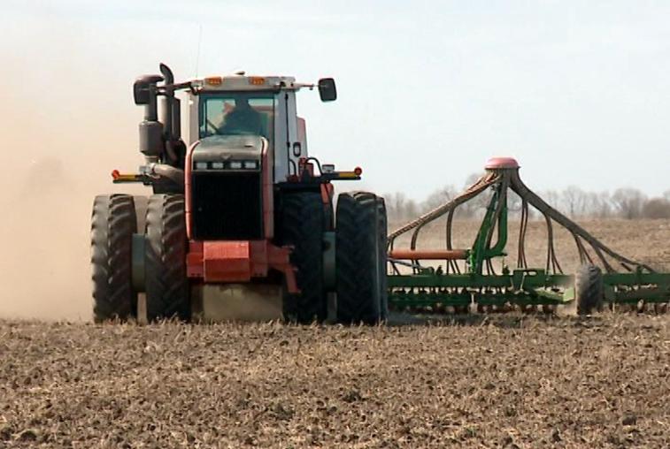 Сухая и солнечная погода ускоряет сев ранних зерновых в Приамурье