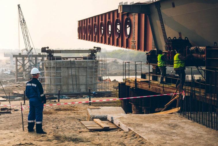 Строители установили первую часть пролётного сооружения международного моста через Амур
