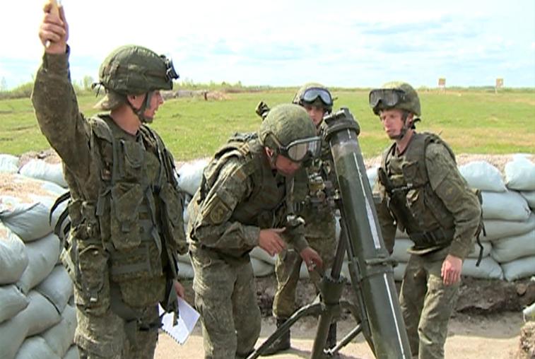 Экипажи БМП преодолевают испытания «Суворовского натиска» на полигоне ДВОКУ