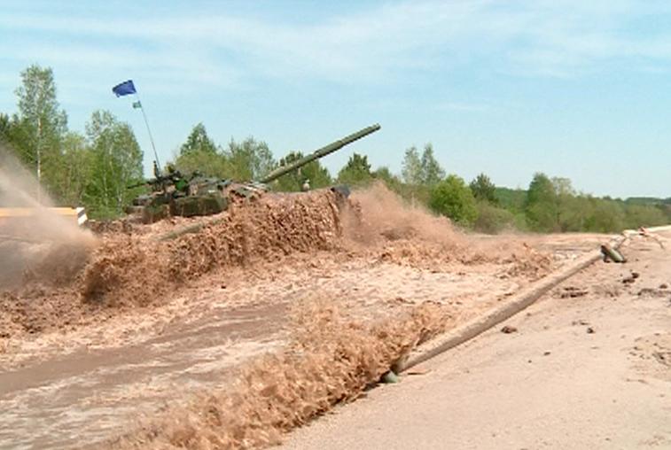 По 3 круга с тремя огневыми рубежами: эстафета танковых взводов прошла на полигоне ДВОКУ