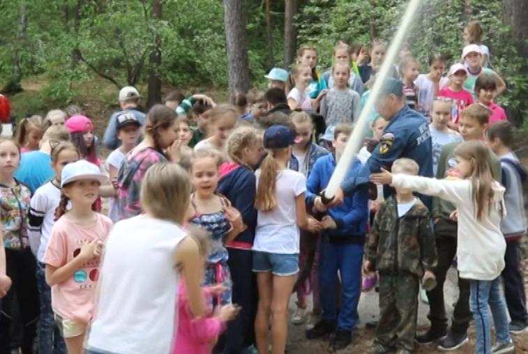 Детям в оздоровительных лагерях рассказали о правилах поведения при пожаре