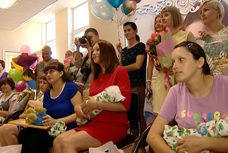 В преддверии Дня семьи, любви и верности в Благовещенске чествовали мам и новорожденных