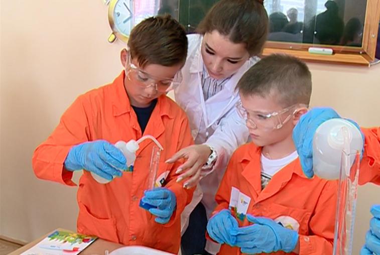 Научные эксперименты на каникулах: в АмГУ открылась профильная смена