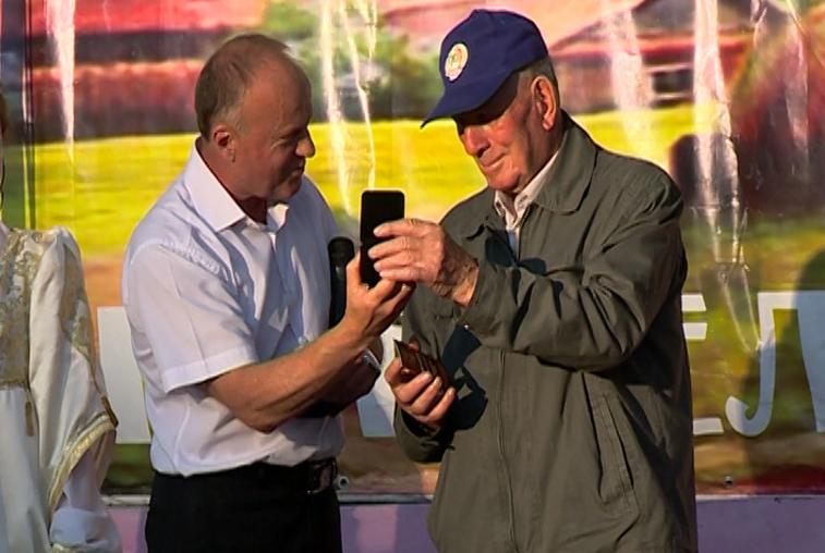 На дне рождения Ивановки легенде села Георгию Усу вручили награды