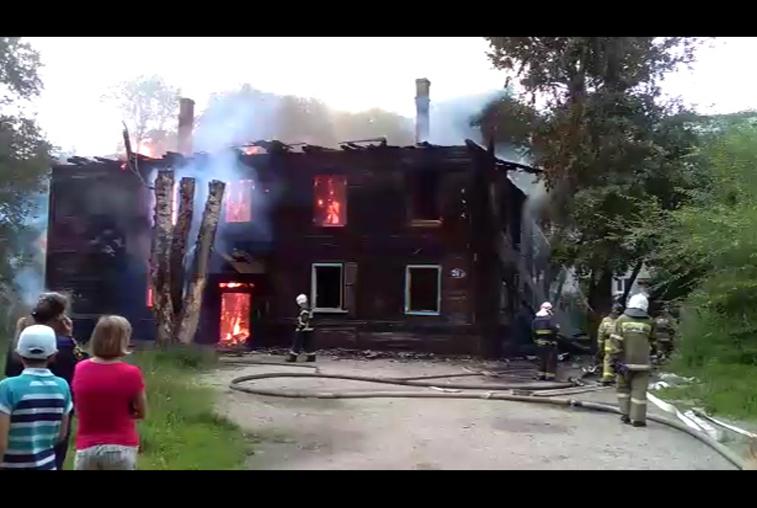 В Благовещенске сгорел аварийный деревянный барак