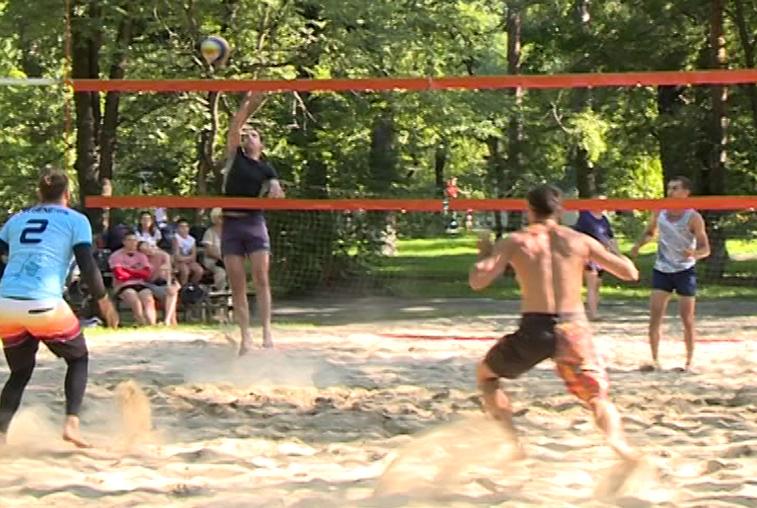 Трудности игры в пляжный волейбол не останавливают благовещенских спортсменов