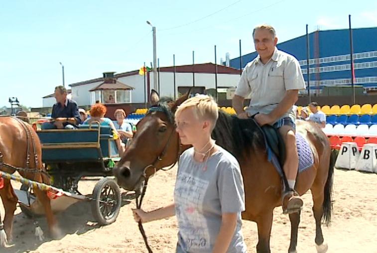 Для благовещенских пенсионеров организовали катание на лошадях
