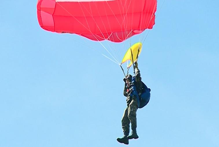 Амурские парашютисты-пожарные совершили контрольные прыжки