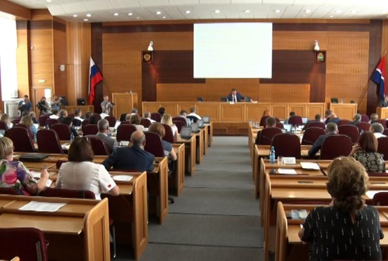 Помощь дольщикам, дорожный фонд, налог на имущество: более 40 вопросов рассмотрели амурские депутаты