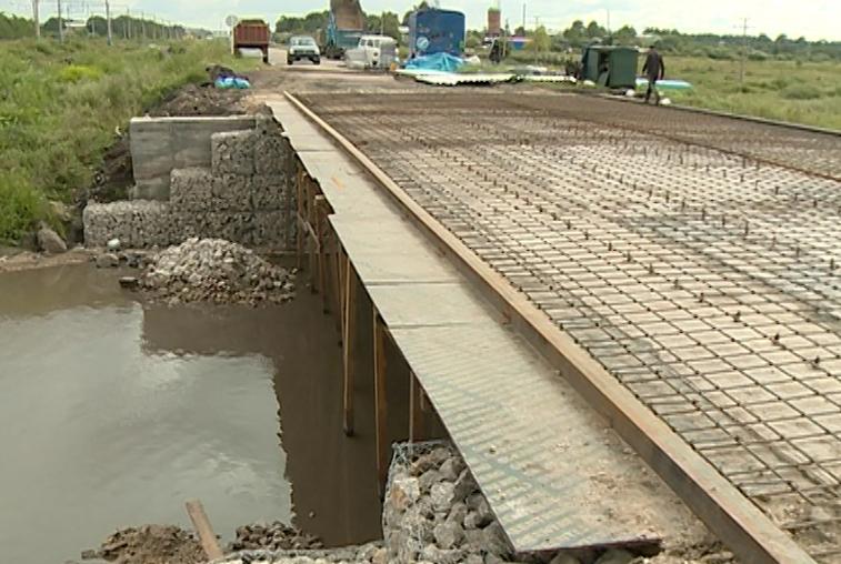 Дорожники завершают реконструкцию моста на дороге между Серышево и Введеновкой