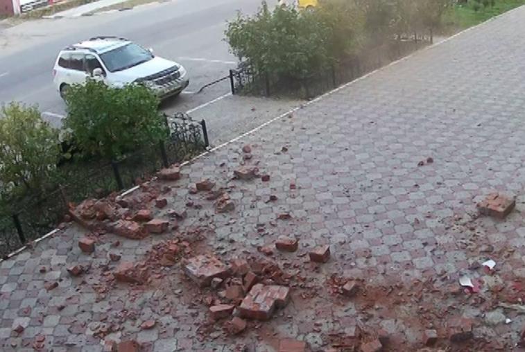 Больше 100 килограммов фасада многоэтажки обвалилось на пешеходную зону в Благовещенске